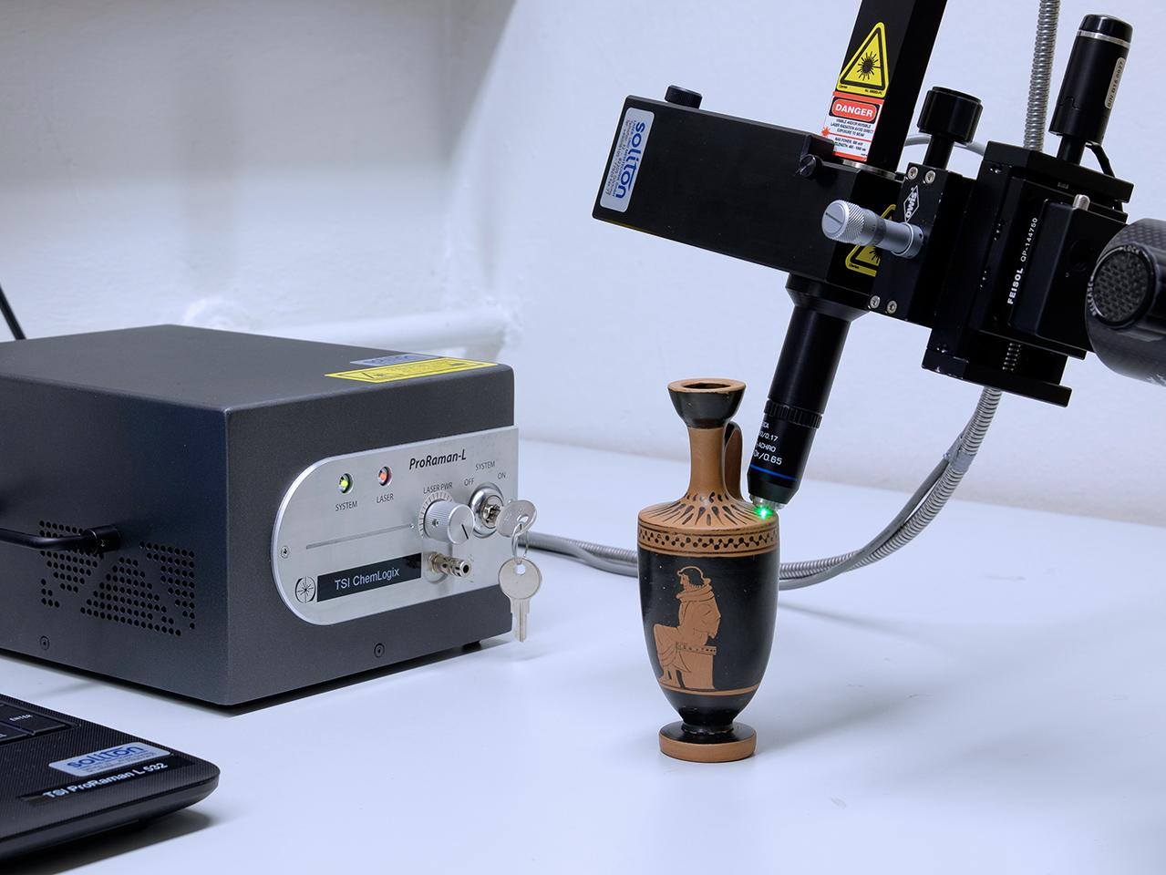 Mobile Raman spectrometer for the analysis of archaeological objects